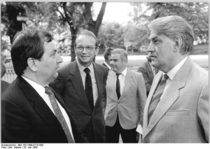 Photo: Umweltminister Reichelt und Töpfer 1988 in Berlin, by Hubert Link, Bundesarchiv-Bild Bundesarchiv Bild 183-1988-0710-008, CC BY-SA 3.0 DE